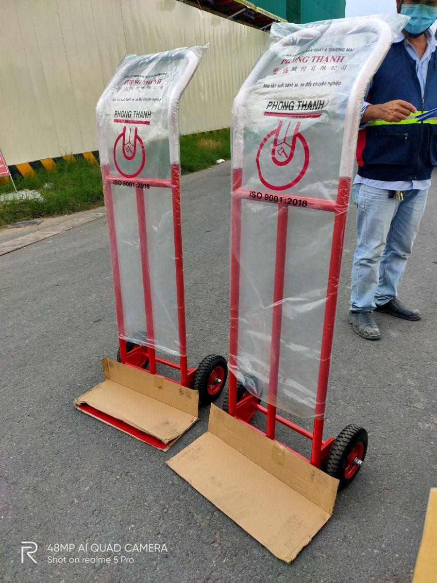 Khách mua xe đẩy hàng 2 bánh Phong Thạnh X370C